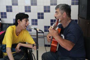 Professor Paulo Henrique Pienta cantado com aluno