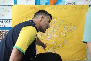 Professor Paulo Pienta demostrando o trabalho dos alunos