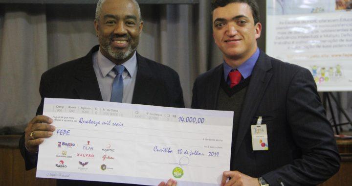 Momento da Entrega do Cheque ao presidente da FEPE, Alexandro Luiz Barbosa