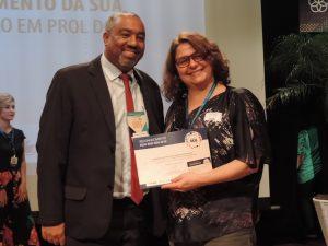 Alexandro Luiz Barbosa recebendo o certificado do Selo SESI ODS.