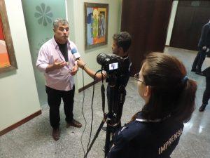 Professor Paulo Pienta concedendo uma entrevista a respeito do prêmio