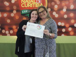Claudiane Pikes, do setor de Projetos, recebendo o prêmio