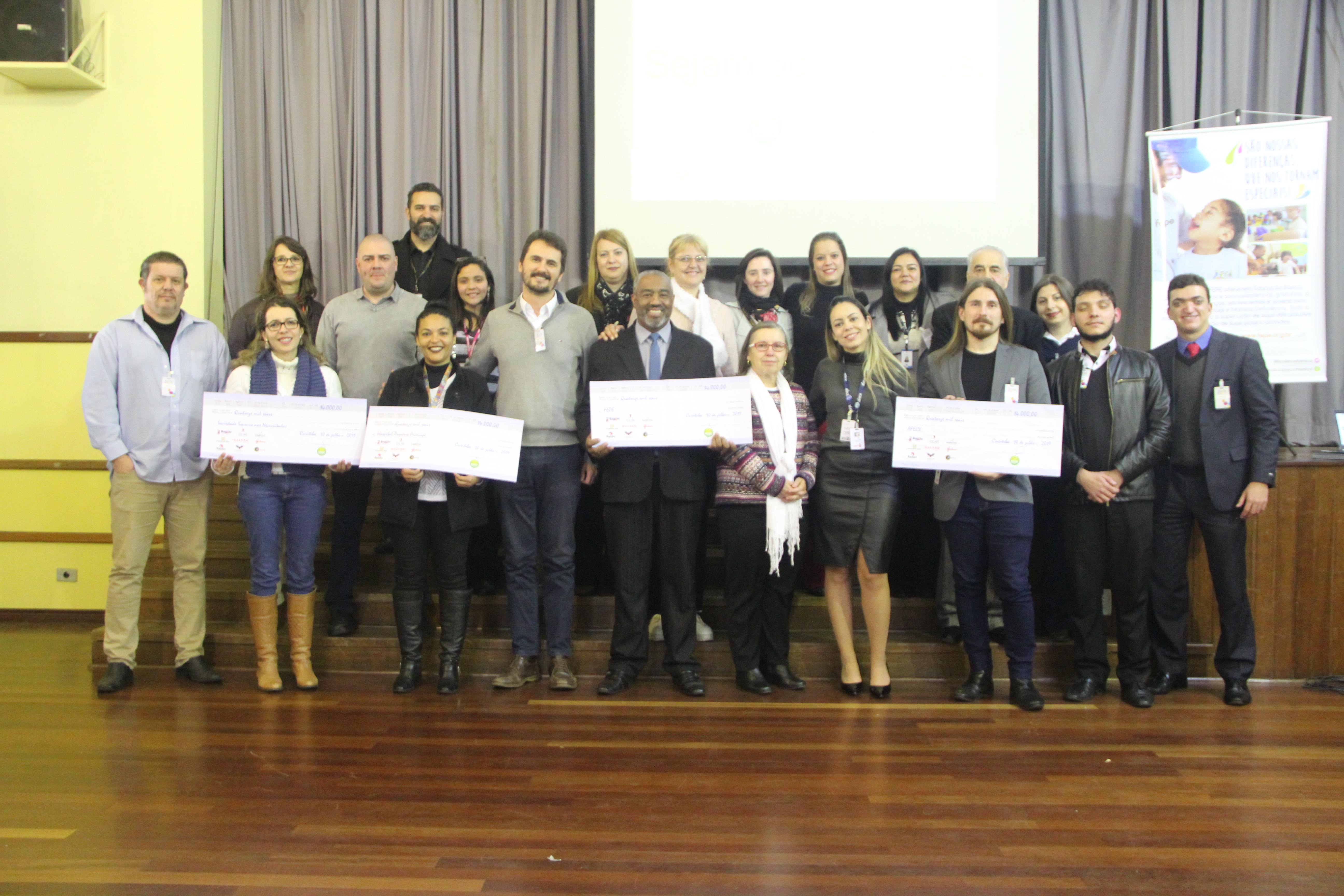 Associação Rede Solidária e os representantes das instituições beneficiadas