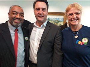 O presidente da FEPE, Alexandro Luiz Barbosa, o governador do Paraná, Ratinho Junior, e a diretora da escola ecumênica, Dinéia Urbanek